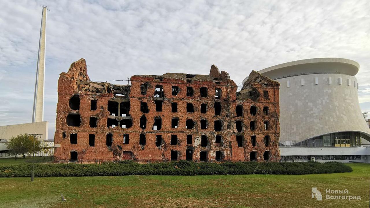 Площадь вокруг здания историко-мемориального музея-заповедника «Сталинградская битва» Панорама Волгоград
